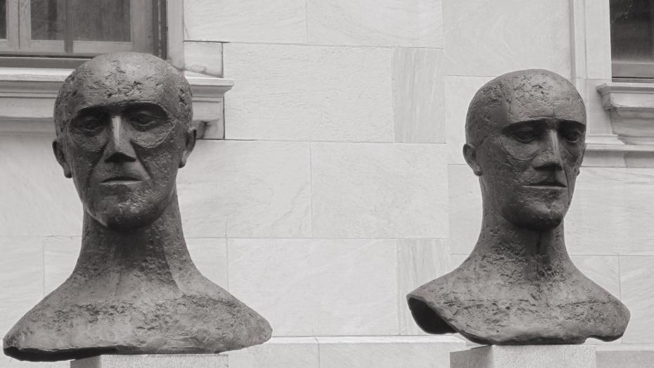 Heads Black&White in front of museum.